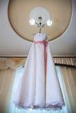 Смертная казнь через повешение платья свадьбы на люстре в комнате Стоковое фото RF