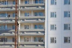 Смертная казнь через повешение работника альпиниста на веревочках к красить здания Стоковые Фотографии RF