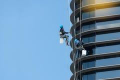 Смертная казнь через повешение работника вне высоких окна и зеркала чистки здания подъема Стоковое Изображение RF