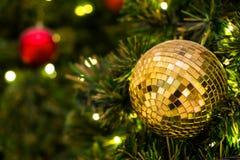 Смертная казнь через повешение рождества шарика диско на рождественской елке стоковая фотография rf