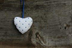 Смертная казнь через повешение сердца белой голубой валентинки влюбленности картины на деревянном тексте Стоковые Фото