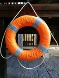 Смертная казнь через повешение томбуя кольца на деревянной лестнице около бассейна в курорте гостиницы, закрытой поднимающей ввер Стоковые Изображения RF