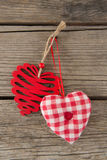 Смертная казнь через повешение украшения формы 2 сердец на деревянной планке Стоковое Изображение