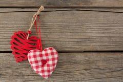 Смертная казнь через повешение украшения формы 2 сердец на деревянной планке Стоковые Изображения RF