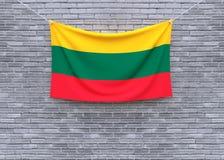 Смертная казнь через повешение флага Литвы на кирпичной стене стоковое фото