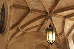 Смертная казнь через повешение фонарика от каменного потолка Стоковая Фотография RF