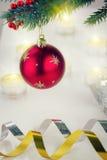 Смертная казнь через повешение шарика рождества на ели Стоковое Изображение RF