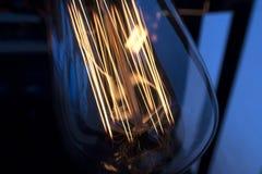 Смертная казнь через повешение электрической лампочки раскаленная добела украсила внутреннюю комнату стоковое изображение