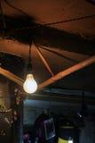 Смертная казнь через повешение электрической лампочки от крыши Стоковое фото RF