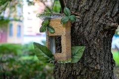 Смертная казнь через повешение Birdhouse в дворе на ветви Стоковое фото RF