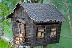Смертная казнь через повешение Birdhouse в дворе на ветви Стоковые Фотографии RF
