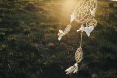 Смертная казнь через повешение Dreamcatcher от дерева в поле на заходе солнца Стоковая Фотография RF
