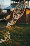 Смертная казнь через повешение Dreamdcatcher от дерева в поле на заходе солнца Стоковые Изображения RF
