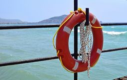 Смертная казнь через повешение Lifebuoy на крюке стоковое фото rf