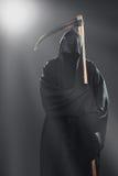 Смерть при коса стоя в тумане стоковые изображения