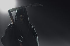 Смерть при коса стоя на ноче стоковое изображение