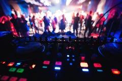 Смеситель и будочка DJ в ночном клубе на партии Стоковые Изображения RF