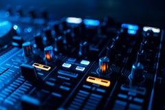 Смеситель кнопок и музыка управления на профессиональном оборудовании DJ Стоковые Фотографии RF