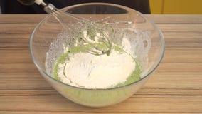 Смеситель кондитера быстрый смешивает яичка, шпинат, муку и сахар в шаре металла видеоматериал