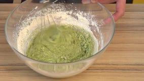 Смеситель кондитера быстрый смешивает яичка, шпинат, муку и сахар в шаре металла сток-видео