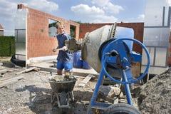 смеситель conrete строителя заполняя Стоковое Изображение