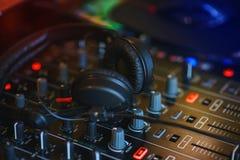 Смеситель DJ в ярком диско цветов в ночном клубе Стоковое Изображение