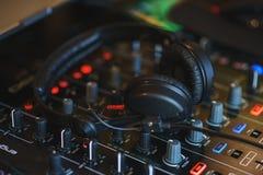 Смеситель DJ в ярком диско цветов в ночном клубе Стоковая Фотография
