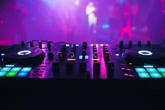 Смеситель DJ на предпосылке таблицы ночной клуб стоковое фото rf