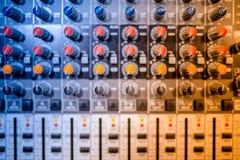 Смеситель музыки на концерте, конце-вверх кнопок играя на электрическом музыкальном фестивале и концерте Стоковое фото RF