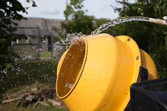 Смеситель мытья желтый конкретный стоковое фото