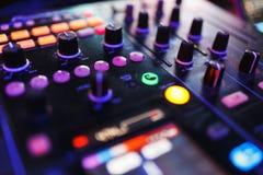 Смеситель DJ в ярком диско цветов в ночном клубе Стоковое Фото