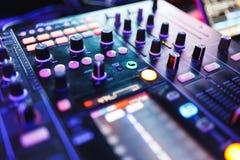 Смеситель DJ в ярком диско цветов в ночном клубе Стоковые Фотографии RF