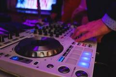 Смеситель DJ в ярком диско цветов в ночном клубе Стоковые Фото