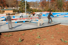 Смесь нерезкости движения скейтбордистов наслаждаясь новым парком скейтборда Стоковое Изображение