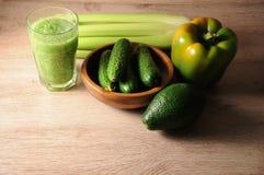 Смесь, смешивание зеленых овощей, вытрезвитель, концепция диеты Стоковое Изображение RF