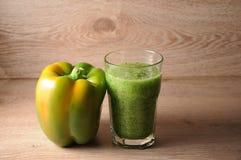 Смесь, смешивание зеленых овощей, вытрезвитель, концепция диеты Стоковые Фото