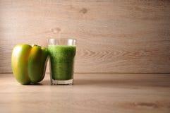 Смесь, смешивание зеленых овощей, вытрезвитель, концепция диеты Стоковая Фотография