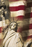 Смесь цифров: Статуя свободы и американский флаг положены в основу с почерком конституции США Стоковые Фотографии RF