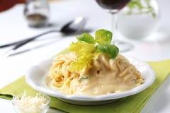 сметанообразное спагетти соуса стоковые изображения rf