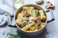 Сметанообразные макаронные изделия гриба со свежими тимианом и пармезаном, итальянской кухней стоковая фотография