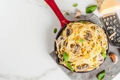 Сметанообразные макаронные изделия гриба Стоковое Изображение RF