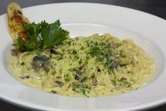 Сметанообразные макаронные изделия гриба с bruschetta Стоковое Изображение
