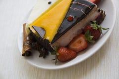 Сметанообразные торты и клубники на белизне Стоковое фото RF
