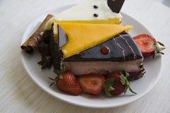 Сметанообразные торты и клубники на белизне Стоковое Фото