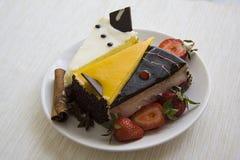 Сметанообразные торты и клубники на белизне Стоковые Фотографии RF