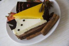 Сметанообразные торты и клубники на белизне Стоковая Фотография