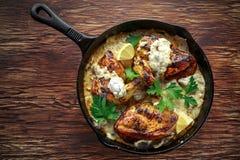 Сметанообразные supremes fellets цыпленка в соусе гриба с петрушкой в деревенском skillet литого железа Стоковые Фотографии RF