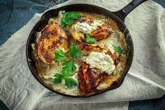 Сметанообразные supremes fellets цыпленка в соусе гриба с петрушкой в деревенском skillet литого железа Стоковое Изображение
