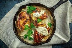 Сметанообразные supremes fellets цыпленка в соусе гриба с петрушкой в деревенском skillet литого железа Стоковые Фото