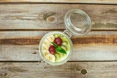 Сметанообразный десерт бананов и кивиа Стоковые Фотографии RF